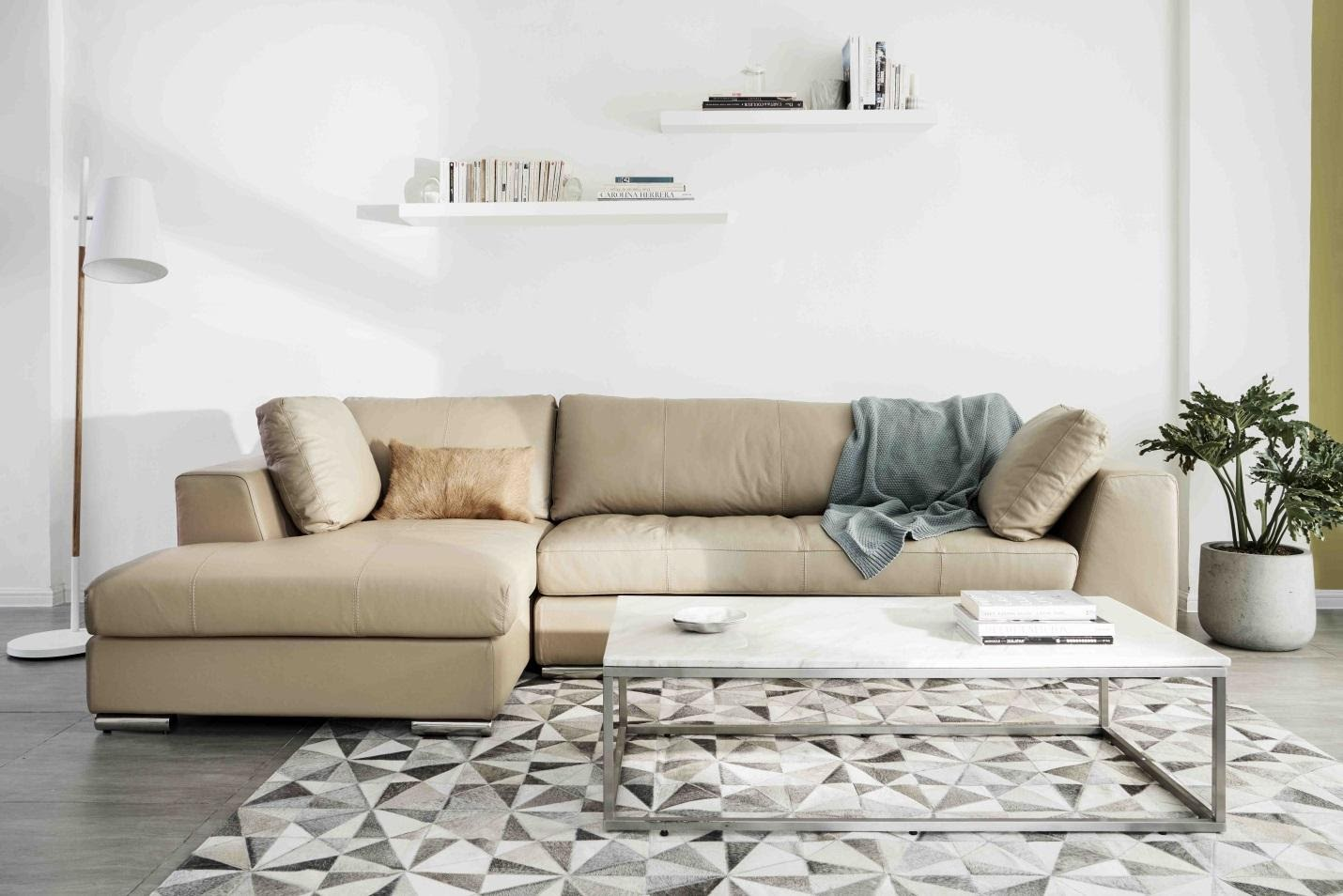 Một bộ sofa với màu sắc và kiểu dáng tối giản giúp không gian thêm phần sang trọng